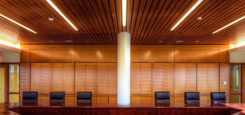 Linear office ceilings lighting effect in wood